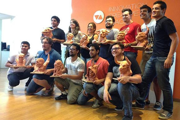 Participantes de edições anteriores do Workshop sobre escultura tradicional e suas criações