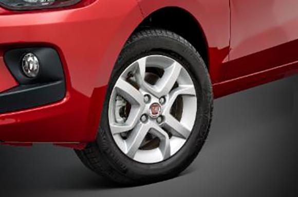 O novo compacto da Fiat ganha brilho adicional pelos desenhos exclusivos das rodas e calotas