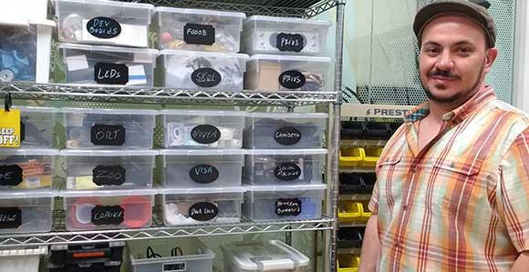 Nassif faz questão de guardar em caixas todo o histórico dos seus experimentos do início ao produto final