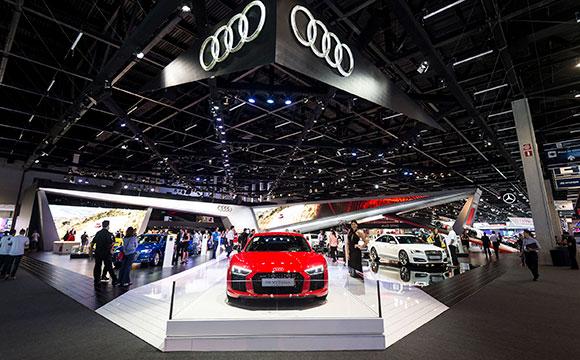Estande da Audi é um dos mais modernos do Salão, com 18 carros, entre eles o superesportivo R8 Coupé V10 plus ( destaque na foto)