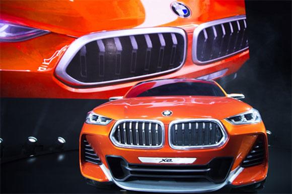 A BMW apresenta em um estande suas três marcas BMW, MINI e BMW Motorrad
