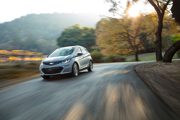 Chevrolet Bolt EV é capaz de percorrer com uma única carga das baterias (de íons de lítio) mais de 380  KM
