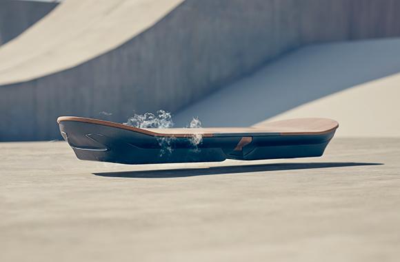 Skate Voador, Hoverboard utiliza levitação magnética para alcançar a movimentação sem atrito com o solo.