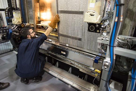 Profissional da Ford acompanha produção de peça na impressora 3D